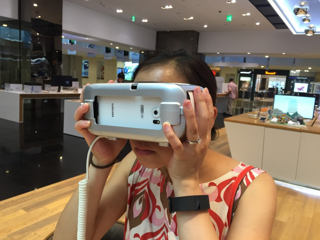 @Samsung d'light shop: oooh, virtual reality goggles! Note: couldn't figure out how to get it to select 'start.' Pfft.